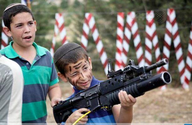 اطفال المستوطنين يتدربون على السلاح