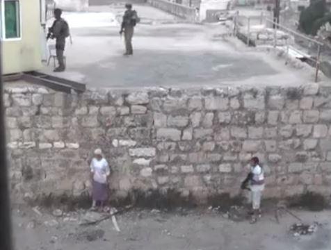 الخليل - ثلاثة أشرطة فيديو تظهر أن الجيش الاسرائيلي لا يحرك ساكنا أمام عنف المستوطنين !!Hebron - 3 video segments: Soldiers overlook settlers' violent actions, take measures when Palestinians throw stonesחברון - 3 סרטונים: הצבא עומד מנגד מול אלימות מתנחלים, נוקט אמצעים רק נגד מיידי אבנים פלסטינים